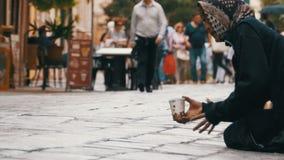 Mendigo Grandmother Asks para a esmola nas ruas de Veneza, Itália filme