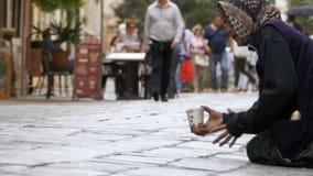Mendigo Grandmother Asks para las limosnas en las calles de Venecia, Italia almacen de video