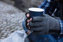 Mendigo Holding Disposable Cup imágenes de archivo libres de regalías