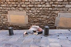 Mendigo idoso Waiting para a esmola - Espanha de Barcelona foto de stock