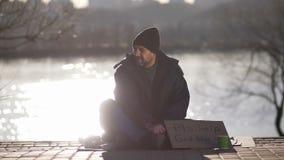 Mendigo maduro que pede a ajuda do dinheiro na rua filme
