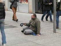 Mendigo na rua de Dresden, Alemanha Imagens de Stock