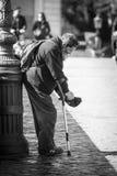 Mendigo na rua Pobreza e caridade fotografia de stock