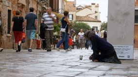 Mendigo sin hogar Asks para las limosnas en las calles de Venecia, Italia almacen de metraje de vídeo