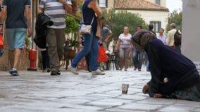 Mendigo sin hogar Grandmother Asks para las limosnas en las calles de Venecia, Italia metrajes