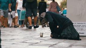 Mendigo sin hogar Grandmother Asks para las limosnas en las calles de Venecia, Italia almacen de video