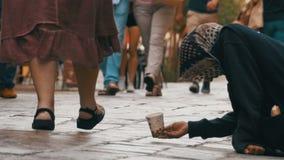 Mendigo sin hogar Grandmother que pide limosnas en las calles de Venecia, Italia metrajes
