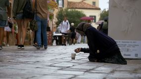 Mendigo sin hogar Grandmother que pide limosnas en las calles de Venecia, Italia almacen de metraje de vídeo