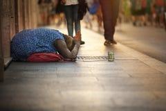 Mendigo sin hogar Mujer que pide limosnas calle Foro romano del Th imagen de archivo