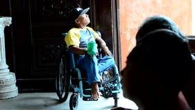 Mendigos da cadeira de rodas em ruínas portais da igreja silhuetas filme