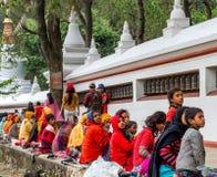 Mendigos en Swayambhunath Stupa Imágenes de archivo libres de regalías