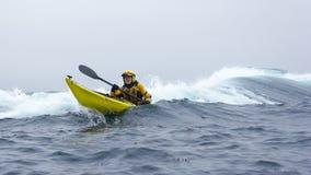MENDOCINO,加利福尼亚,美国- 6月8.皮艇桨开放海岸o 库存照片