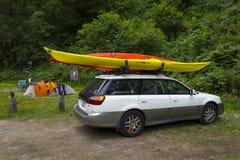 MENDOCINO, LA CALIFORNIE, ETATS-UNIS - 8 JUIN. Camping de voiture de kayak de mer dans le RU Photos stock