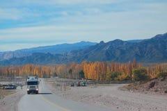 从Mendoza的山路向有秋天的圣地亚哥 免版税库存图片
