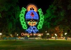 Mendoza tecken på plazaen Independencia på natten - Mendoza, Argentina - Mendoza, Argentina arkivfoto