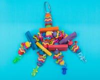 Meneos y juguete del p?jaro de las obleas para toda la clase de p?jaros, loros Previene el aburrimiento del p?jaro foto de archivo libre de regalías