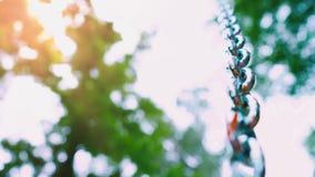 Mener à chaînes en acier vigoureux au ciel sur un fond de nature verte banque de vidéos
