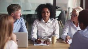Meneur d'équipe africain de femme d'affaires d'appartenance ethnique étant en pourparlers avec des associés dans la salle de réun banque de vidéos