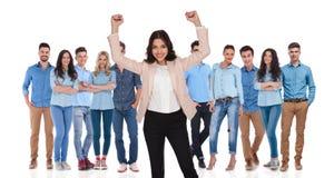Meneur d'équipe de femme d'affaires célébrant la victoire avec son groupe Photos stock