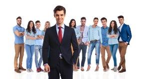 Meneur d'équipe de sourire se tenant avec son équipe occasionnelle derrière Image stock
