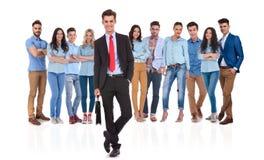 Meneur d'équipe d'homme d'affaires se tenant devant son équipe occasionnelle Photographie stock libre de droits