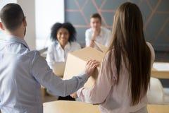 Meneur d'équipe présentant le nouvel employé de bureau aux collègues, arrière Photo stock