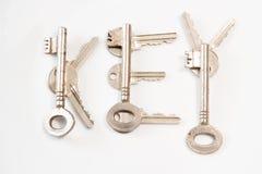 Menez les clés sur le fond/texture blancs Photographie stock