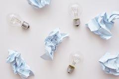 Meng geen afval Verfrommel document en lampen leggend op de vloer royalty-vrije stock foto