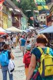 Menge auf der Straße von Sighisoara Stockfotografie