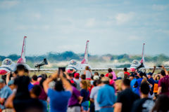 Menge aufpassende Thunderbirds auf Rollbahn stockbild