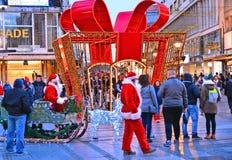 Menge BELGRADS, SERBIEN von Leuten und von Weihnachtsdekorationen Knez Mihailova in Straße und in Santa Claus Das berühmteste s lizenzfreie stockbilder