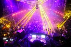 Menge in der Diskothek Stockbilder