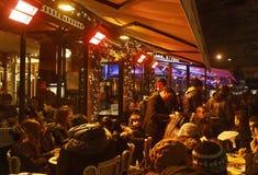 Menge der Leute auf einer französischen Terrasse lizenzfreies stockbild