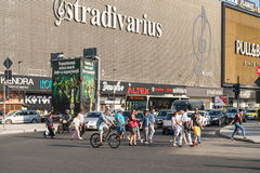 Menge der Leute-Fußgängerübergang-Straße Stockfotos