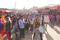 Menge des jungen Mannes der Inder und feiern lokales Festival stockbilder