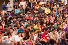 Menge des jungen Studentenaufpassens Stockbild