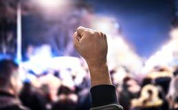 Menge des Leuteprotestes Protest, Aufstieg, marschieren oder Streik in der Stadtstraße Anonyme Aktivistenfaust oben stockfoto
