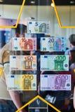 Menge, die alle Euroanmerkungen der Europäischen Gemeinschaft bewundert Lizenzfreies Stockfoto