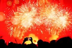 Menge, die das neue Jahr mit Feuerwerken feiert Stockfotografie