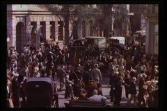 Menge, die nach Ende der Parade zerstreut stock footage