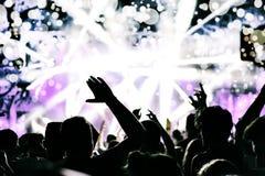 Menge, die neues Jahr feiert Konfetti- und bokehlichter Stockbild