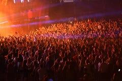 Menge in einem Stadion an einem Konzert Lizenzfreie Stockfotografie
