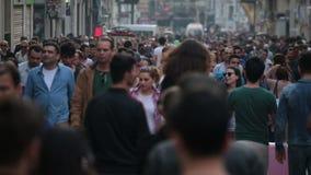 Menge gehenden Leuten von den Straßen Istanbul/Taksim/Istiklal/April/2016 stock footage