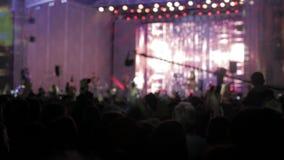 Menge am Konzert - Sommermusikfestival Das Konzertpublikum, das an einem Konzert, Leuteschattenbildern teilnimmt, ist, Lebensstil stock footage