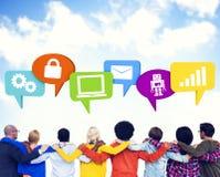 Menge mit den Händen auf ihren Schultern und Sprache-Blasen Containg Lizenzfreies Stockfoto