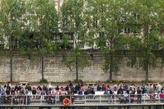 Menge nimmt eine Bootsfahrt auf den Fluss die Seine Lizenzfreie Stockbilder