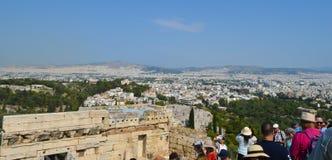 Menge und Unsicherheit, die zur Akropolise in Athen, Griechenland am 16. Juni 2017 gehen Stockbild