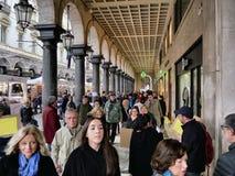 Menge unter den im Stadtzentrum gelegenen Säulengängen für das Weihnachtseinkaufen stockfoto