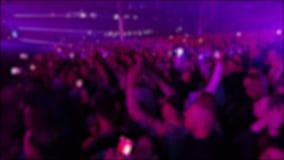 Menge von anonymen Leuten am Konzert stock video