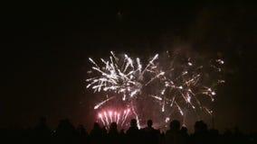 Menge von aufpassenden Feuerwerken der Leute stock video